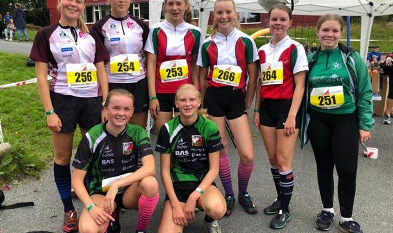 Løten-jentene flankert av de øvrige D16-løperne fra Mjøs-O